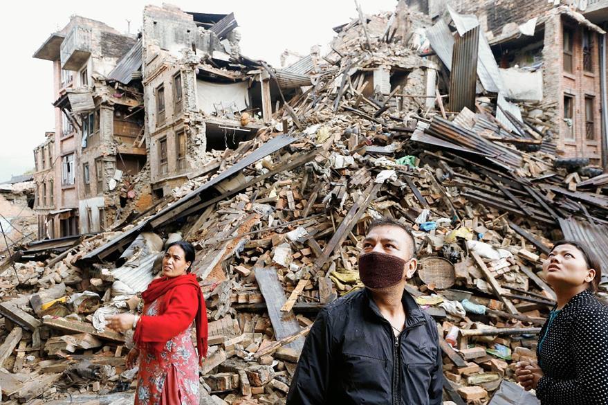 Las labores de descombramiento continúan en Katmandú, capital de Nepal. (Foto Prensa Libre: EFE).