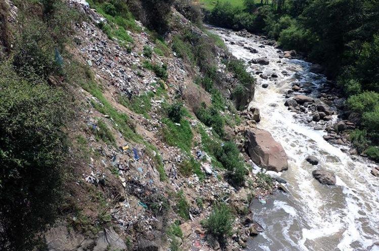 Basurero clandestino contamina aguas de un río. (Foto Prensa Libre: Carlos Ventura)