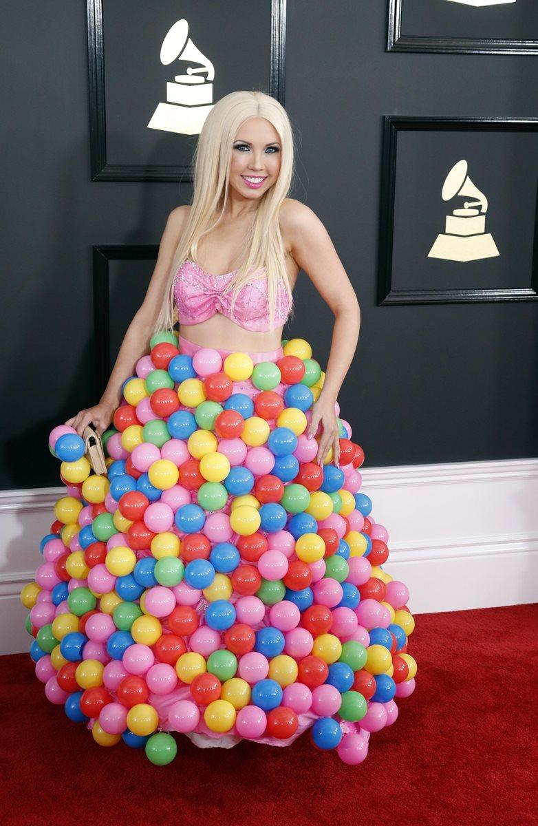 La intérprete Girl Crush utilizó un atuendo que incluía muchos globos de colores. (Foto Prensa Libre: EFE).