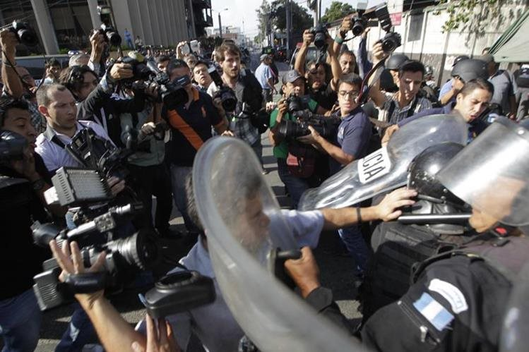 Los periodistas son presionados por fiscales del Ministerio Público para que se revelen fuentes. (Foto Prensa Libre: Hemeroteca PL)