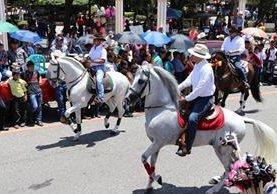 Caballos de alta escuela fueron exhibidos en el desfile hípico de Chiquimula. (Foto Prensa Libre: Mario Morales)