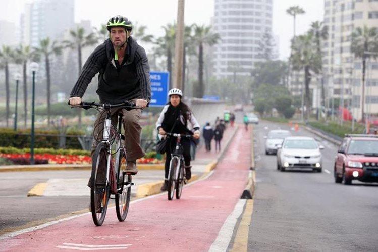 Una pareja de ciclistas recorre parte de la ciclovía del distrito de Miraflores en Lima. (Foto Prensa Libre: EFE)