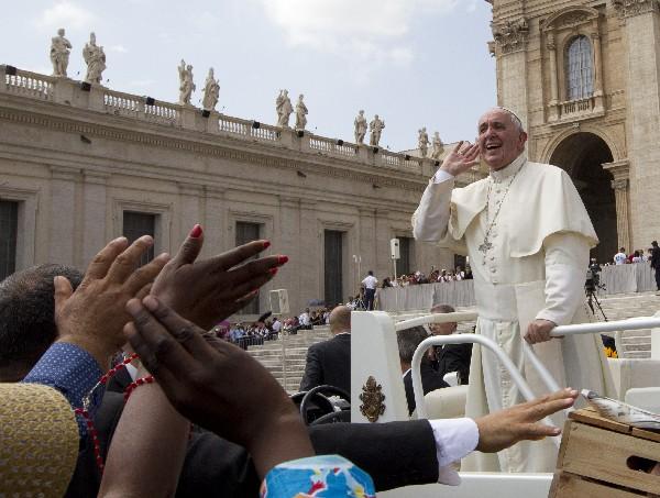 El Papa se retira después de la audiencia general.