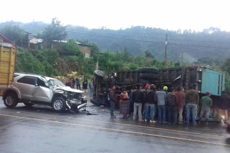 El percance automovilístico se registró en el kilómetro 132 de la ruta Interamericana. (Foto Prensa Libre: Ángel Julajuj)