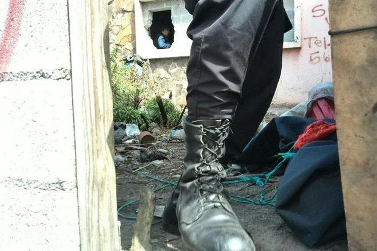 Un cuerpo fue localizado dentro de una vivienda abandonada. (Foto Prensa Libre: Estuardo Paredes)