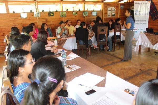 Grupo de jóvenes de Chimaltenango,  durante el taller en el que se promueve la adquisición de microfranquicias para generar empleos en ese departamento.