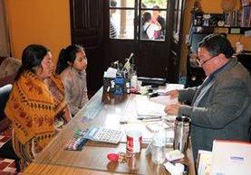Julio Solís Escobar, director del Ifebo, recibe papelería de una estudiante para inscripción. (Foto Prensa Libre: Carlos Ventura)
