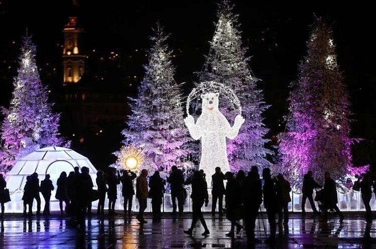 Traseúntes disfrutan la decoración navideña en la riviera francesa de Niza.