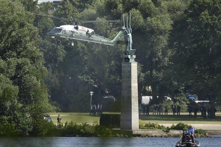 Vista del helicóptero Marine One en el arribo del presidente de los Estados Unidos, Donald Trump. (Foto Prensa Libre: EFE)