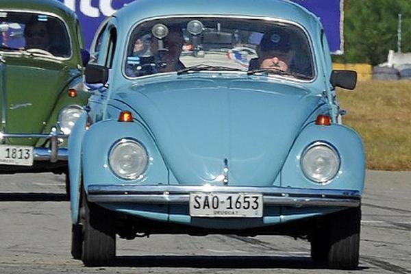 """<p>El presidente Mujica en su """"Fusca"""". (Foto Prensa Libre: EFE)</p>"""