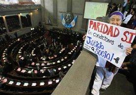 Organizaciones de mujeres llegaron al Congreso para exigir la aprobación de la paridad en la Ley Electoral. (Foto Prensa Libre Esbin García)