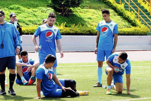 Comunicaciones se entrenó en el estadio Cementos Progreso, de cara al juego ante Halcones, en el Torneo Clausura 2015. (Foto Prensa Libre: Jeniffer Gómez).