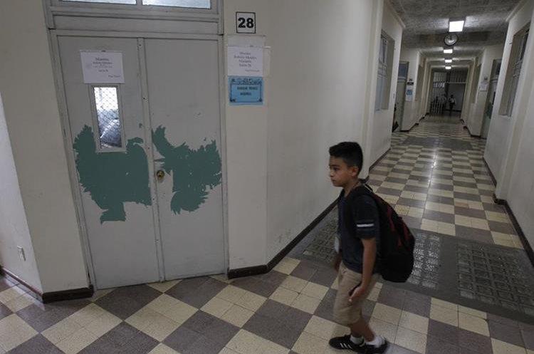 Aunque se han pintado las paredes de corredores y aulas, faltan algunas áreas por remozar.(Foto Prensa Libre: Paulo Raquec)