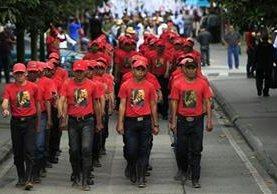 Con ropa del mismo color y en formación, jóvenes y adultos hacen caminata por la paz. (Foto Prensa Libre: Carlos Hernández)
