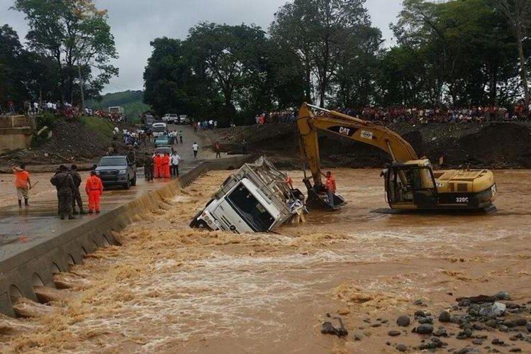 Maquinaria opera para retirar el camión del cauce del río. (Foto Prensa Libre: Conred)