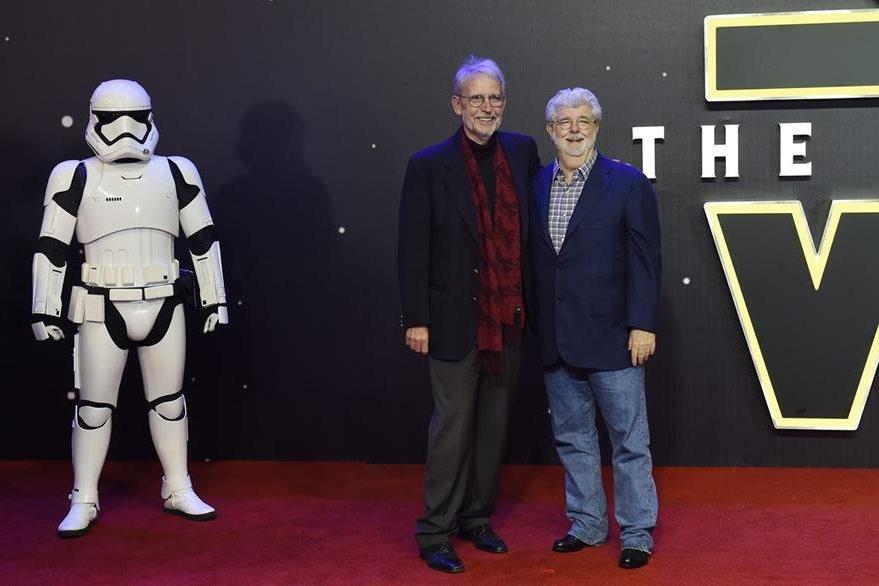 """El cineasta estadounidense George Lucas (derecha), durante la alfombra roja del prestreno de la película """"Star Wars: El despertar de la Fuerza"""", en Londres. (Foto Prensa Libre, EFE)"""