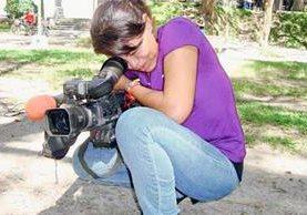 Mélida Antonia Amaya, en plena labor periodística. (Foto: Fiscalía El Salvador).