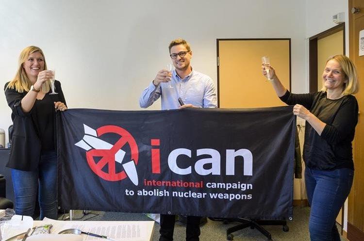 Representantes del ICAN festejan al enterarse que recibieron este reconocimiento. (Foto Prensas Libre: AP)