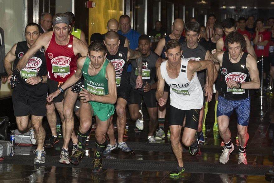 Corredores en acción durante la tradicional carrera por las escaleras del edificio Empire State en Nueva York. (Foto Prensa Libre: AFP).