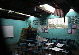 En todo el país existen escuelas en malas condiciones, en especial en los techos y paredes (Foto Prensa Libre: Hemeroteca PL).
