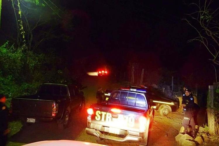 Agentes de la PNC resguardan vivienda donde desconocidos ultimaron a tres personas, en Chiquimulilla, Santa Rosa. (Foto Prensa Libre: Oswaldo Cardona)