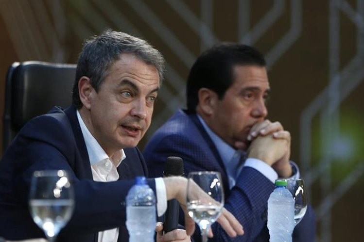 Los expresidentes de España José Luis Rodríguez Zapatero (i) y de Panamá Martín Torrijos (d) son parte de la delegación mediadora. (Foto Prensa Libre: EFE).
