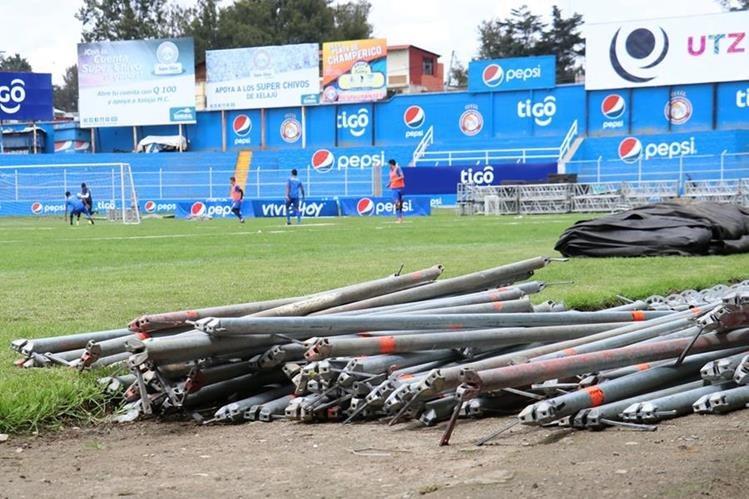 El estadio Mario Camposeco será utilizado este viernes para otro concierto. Aficionados temen por el deterioro de la gramilla. (Foto Prensa Libre: Raúl Juárez).