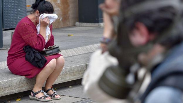 Una mujer de Nantes, en el oeste de Francia, sufre los efectos del gas lacrimógeno durante una protesta contra la reforma laboral de ese país, en setiembre de 2016. GETTY IMAGES