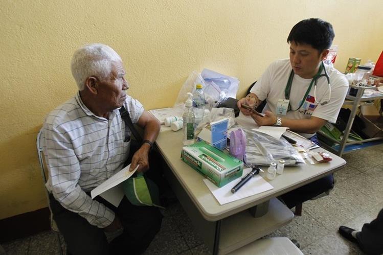 El médico Tony Lee atiende a un paciente que padece de la presión alta. (Foto Prensa Libre: Paulo Raquec).