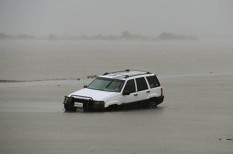 Un automóvil quedó en una calle inundada por el huracán Harvey golpeó Corpus Christi, Texas. (AFP).