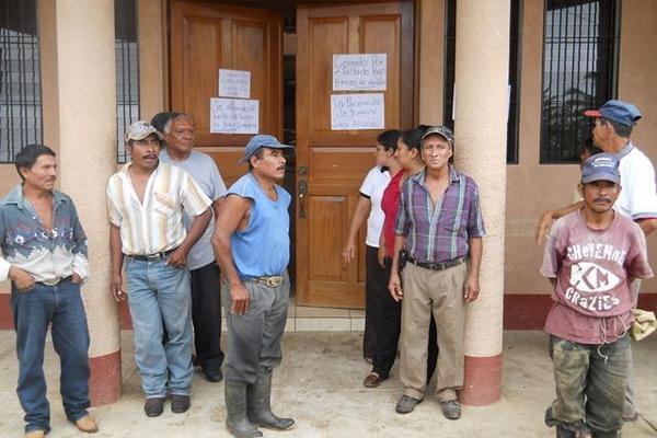 """<p>Grupo de trabajadores de la comuna de Santa Ana, Petén, bloquean el ingreso a la comuna. (Foto Prensa Libre: Rigoberto Escobar)<br _mce_bogus=""""1""""></p>"""