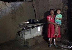 En la casa de los González, como en todo el Corredor Seco de Guatemala, cocinan tortillas de maíz y sal. (Foto Prensa Libre: EFE)