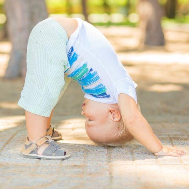 La estimulación con yoga puede comenzar a los días de que el bebé haya nacido y seguirla durante su infancia. (Foto, Thinkstock)