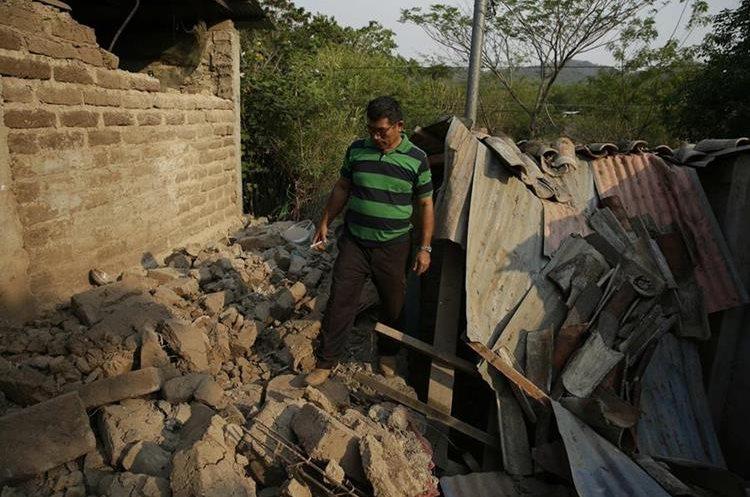 René Barrera camina entre los escombros de una casa dañada por el enjambre sismico. (EFE).