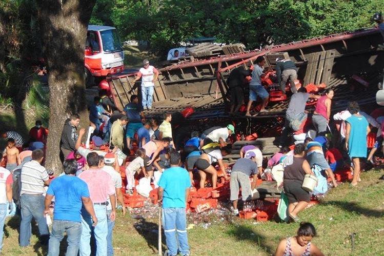 Camión con bebidas carbonatadas queda volcado en la autopista Palín-Escuintls. (Foto Prensa Libre: Carlos E. Paredes)