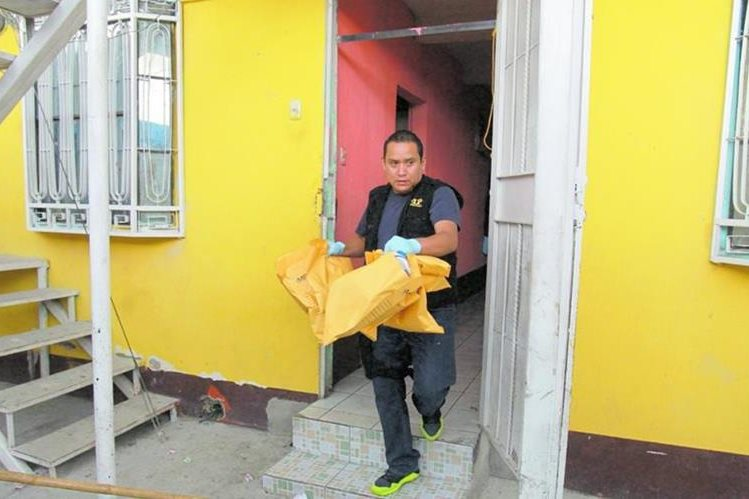Fiscal sale de la casa que habita Moisés Gutiérrez Guevara, con evidencias incautadas. (Foto Prensa Libre: Estuardo Paredes)