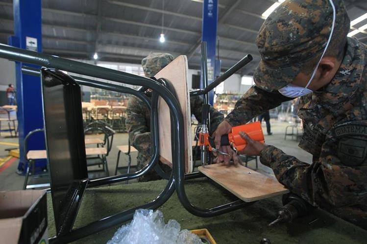 Especialistas elaboran escritorios y sillas de ruedas como parte de las atribuciones del presidente Jimmy Morales.