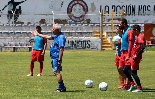 El técnico Carlos Daniel Jurado dirigió este lunes la práctica de los quetzaltecos (Foto Prensa Libre: Carlos Ventura)