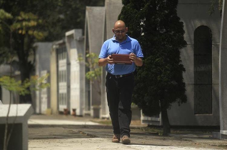 David Durán muestra el osario en los que guarda las cenizas de su madre. (Foto Prensa Libre: Carlos Hernández)