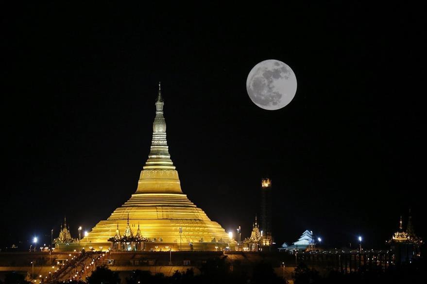 Vista de la superluna sobre el Pagoda Uppatasanti en Naipyidó (Birmania). (Foto Prensa Libre: EFE).