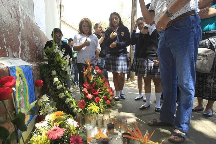 Este viernes fueron inhumadas las primeras víctimas del incendio en el Hogar Seguro Virgen de la Asunción. (Foto Prensa Libre: Carlos Hernández).