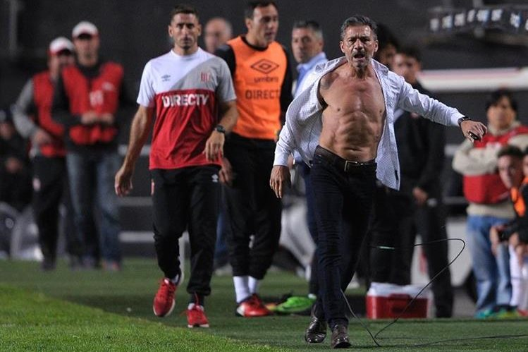 Nelson Vivas, al momento de salir muy molesto del terreno de juego. (Foto Prensa Libre: AFP)