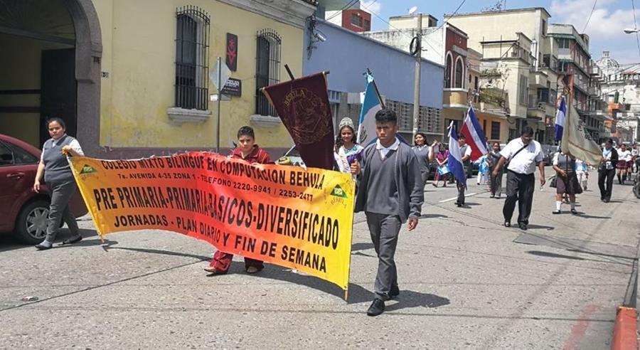Desde este miércoles, en las calles de la capital se pueden observar desfiles de estudiantes que celebran la independencia. (Foto Prensa Libre: Yanira Alvizurez)