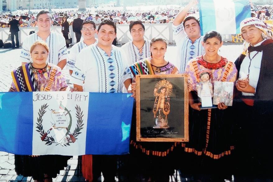 Grupo de artistas quetzaltecos que viajó al Vaticano para ser recibidos por el papa Francisco. (Foto Prensa Libre: Cortesía de elQuetzalteco)