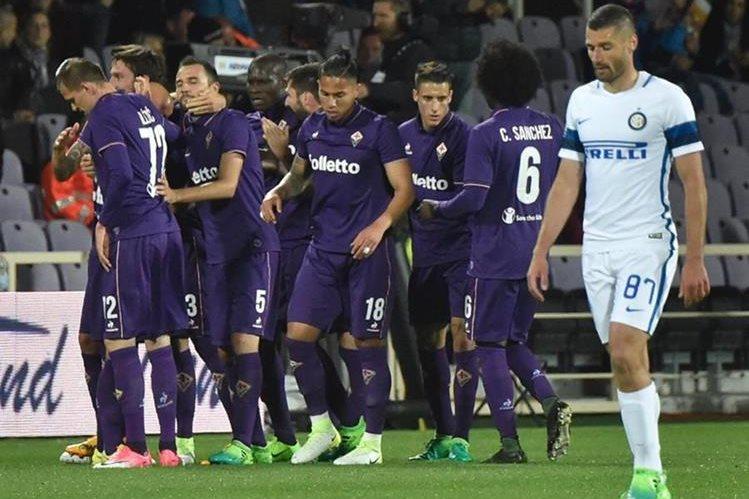 Los jugadores de la Fiorentina festejan mientras Artemio Franchi se lamenta. (Foto Prensa Libre: AP)