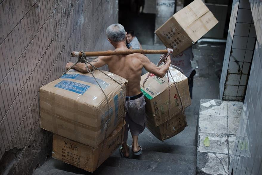 Los porteadores simbolizan los últimos vestigios de una China que desaparece con el despegue de su economía. (Foto Prensa Libre: AFP)
