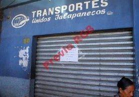 Oficina donde venden los boletos permanece cerrada por el paro de buses en Jalapa. (Foto Prensa Libre: Hugo Oliva)