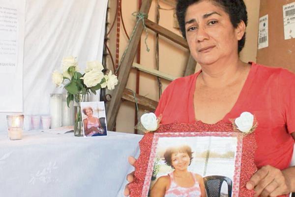 Alba Garrido muestra la fotografía de su hija Jacoba Arévalo, quien desapareció el 16 de febrero.