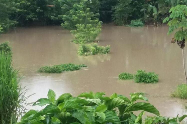El desborde del río Chixoy ha causado inundaciones en todo el municipio. (Foto Prensa Libre: Héctor Cordero)