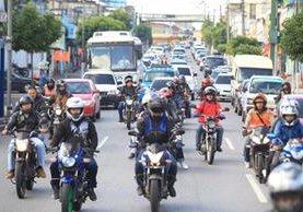 Un grupo de motoristas circula por las calles de la ciudad. (Foto Prensa Libre: Estuardo Paredes)